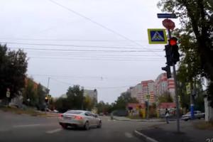 В Брянске водитель иномарки проехал перекресток на красный свет