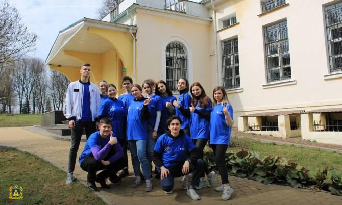 Веселые брянские волонтеры показали Трапезниковой тесный контакт без масок