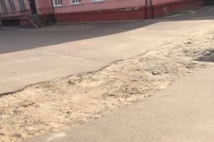 Жители Клинцов бьют тревогу из-за ямы на территории горбольницы