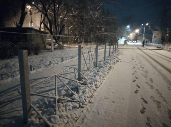 В Брянске возле детсада «Мишутка» уродливый забор разобрали на металлолом