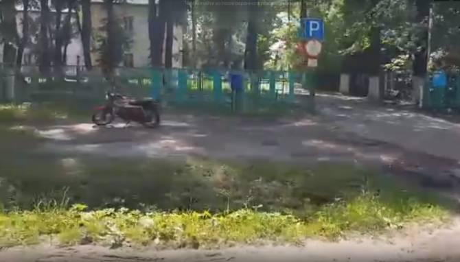 Жители брянского поселка умоляют обустроить парковку возле больницы