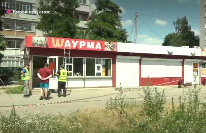 В Брянске на улице Камозина сносят ларьки