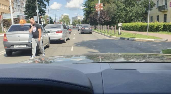 В Брянске такси попало в ДТП напротив треноги
