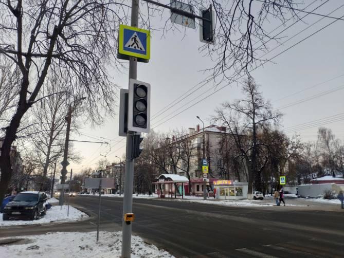 Улицу Брянской Пролетарской дивизии усеяли светофорами