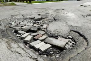 В Клинцах на улице Дзержинского в яму-убийцу попали десятки машин