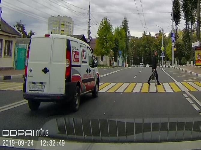 В Брянске сняли на видео проезд автохама на красный через зебру