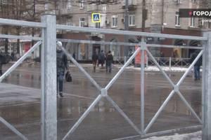 Брянцы заявили о неудобстве уродливых заборов возле ТРЦ «БУМ сити»