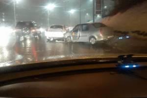 В Брянске такси попало в ДТП на Городищенской горке