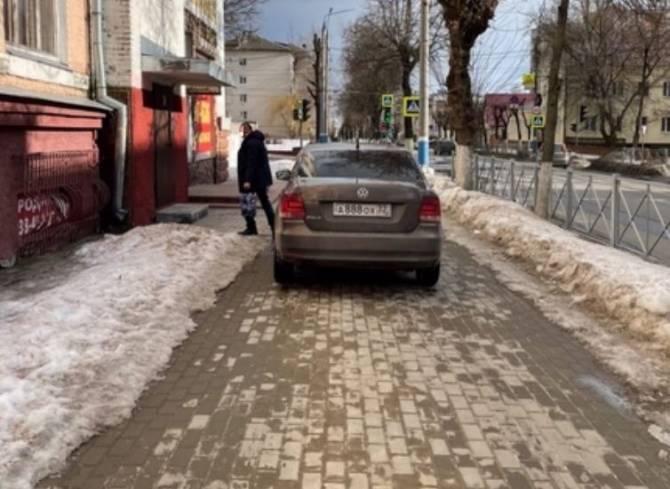 В Брянске водитель оставил Volkswagen на тротуаре по улице Фокина