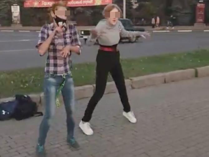 В Брянске на площади Партизан подростки показали откровенные танцы