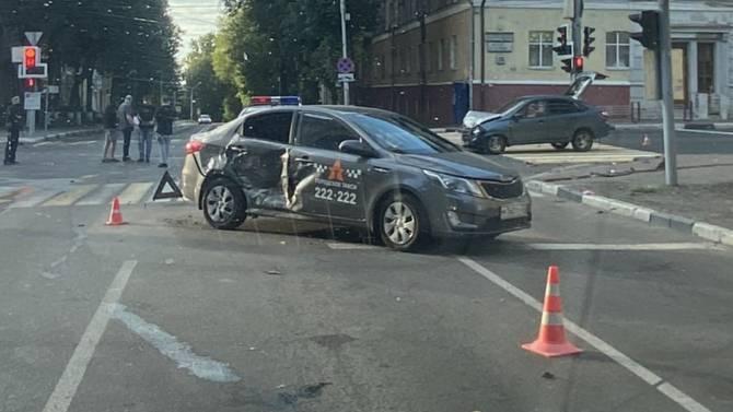 В центре Брянска машина «Городского такси» попала в ДТП
