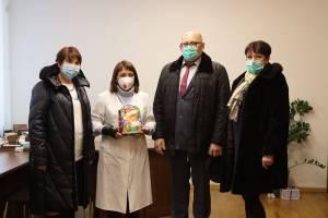 В Брянске передали сладкие новогодние подарки врачам больницы №4