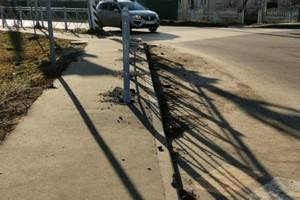 Построенный на тротуаре уродливый забор возмутил брянцев