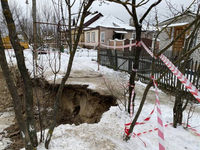 В Брянске вырытая коммунальщиками траншея может поглотить жилые дома