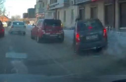 В Брянске водитель Kia отправил в сугроб седан Hyundai