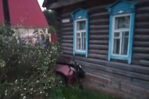 В Сураже иномарка врезалась в такси и протаранила частный дом