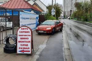 В Брянске иностранец перекрыл своей машиной тротуар
