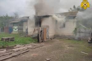В Жирятино два часа тушили горящий жилой дом