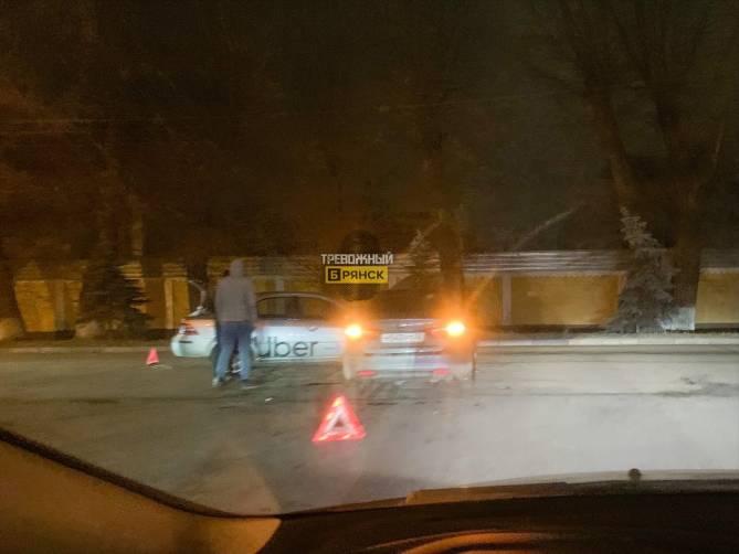 В Брянске на пересечении Ульянова и Комсомольской в аварию попал Uber