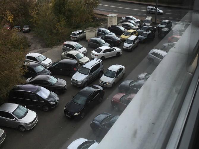 В Брянске сняли на фото автомобильный хаос на парковке Ростелекома