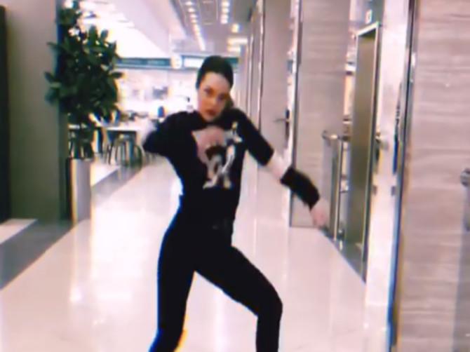 Неугомонная брянская девушка устроила танцы в «Аэропарке»