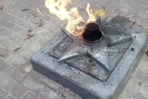 В Сураже Вечный огонь заплевали семечками