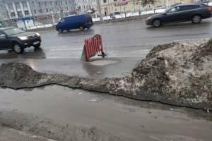 В Брянске снежный памятник безответственности дорожников сузил улицу Калинина