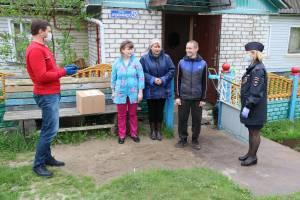 Брянские полицейский вручили подарочные наборы 200 семьям с детьми