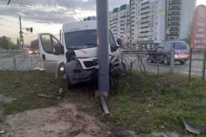 В Брянске ранены 5 пассажиров улетевшей в столб маршрутки