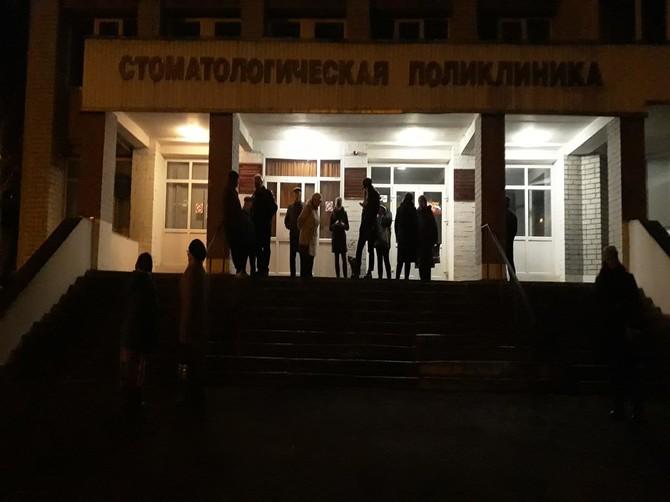 Брянские пациенты занимают очередь в регистратуру с ночи