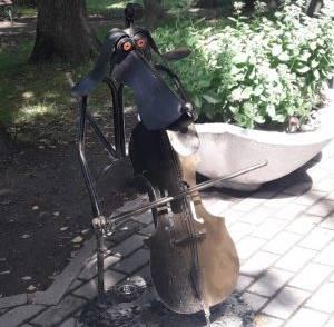 В Трубчевске парковую аллею украсил необычный арт-объект