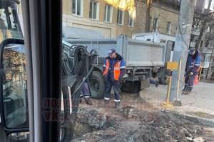 В Брянске вскрыли новый асфальт на дороге возле Набережной