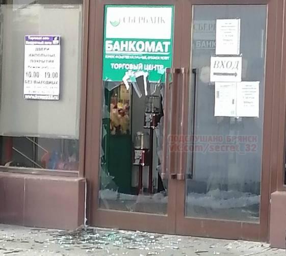 В Брянске неадекватный покупатель разбил стеклянную дверь магазина «Светофор»