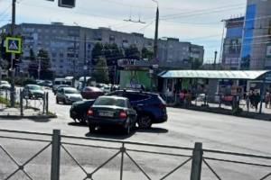 В Брянске возле «БУМ-Сити» не поделили дорогу две легковушки
