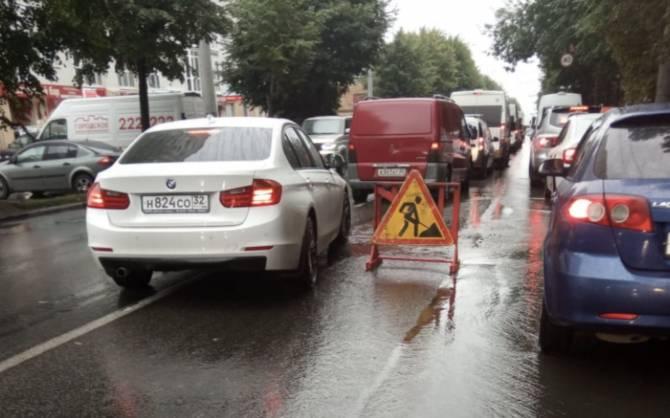 В центре Брянска из-за коммунальщиков образовалась пробка