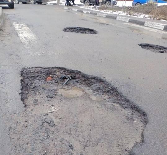 Ямы на дороге сделали недоступной улицу Романа Брянского для водителей