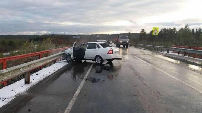На брянской трассе иномарка протаранила ограждение: есть пострадавший