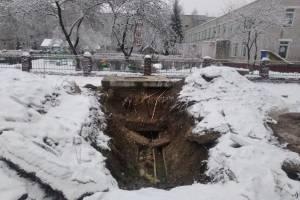 В Фокино коммунальщики устроили опасные раскопки возле детского сада