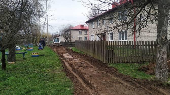 В поселке Локоть начали благоустраивать дворы около проспекта Ленина