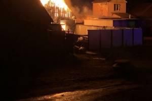 В Брянске сгорел огромный сарай во дворе цыганского дома