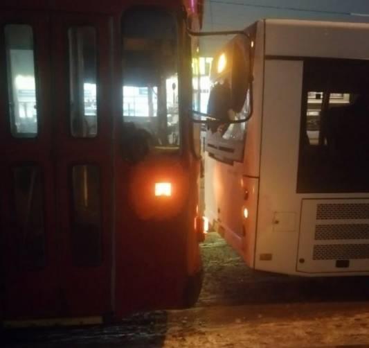 В Брянске возле «Аэропарка» столкнулись троллейбус и автобус №48