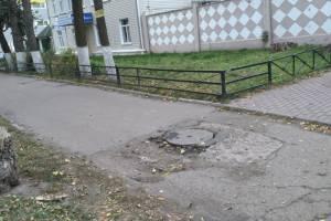 На разбитом тротуаре в центре Брянска заметили опасную ловушку