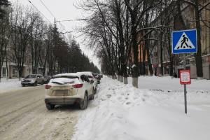 В Брянске водитель Mazda оставил внедорожник на зебре