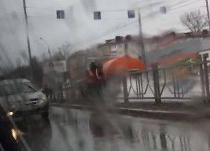 В Брянске устроили мытьё уродливых заборов в дождь
