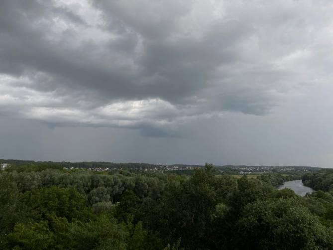 На Брянск обрушится гроза и ураганный ветер