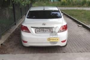 В Бежице водитель Hyundai припарковался на тротуаре