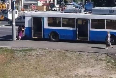 В Брянске сняли на видео толкающих троллейбус женщин