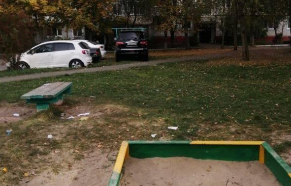В Брянске автохам припарковал внедорожник на детской площадке