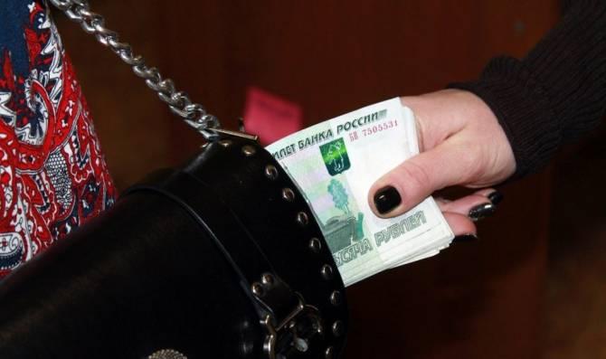 Жительница Брянска украла у подруги 10 тысяч рублей