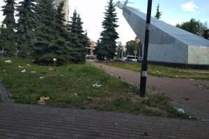 В Брянске сквер у памятника Летчикам превратили в свинарник